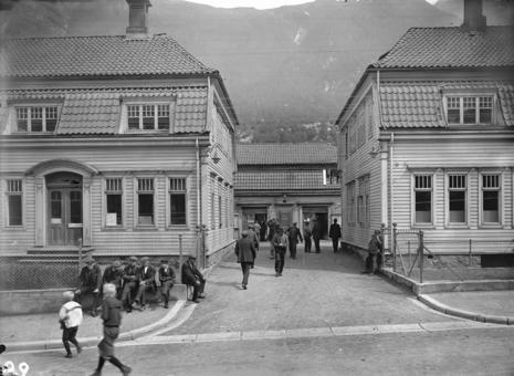 Portbyggene som inngang til smelteverket ca. 1910