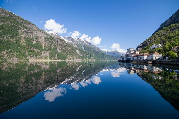 Tysso I og speglblank blå fjord. Foto: Dag Endre Opedal