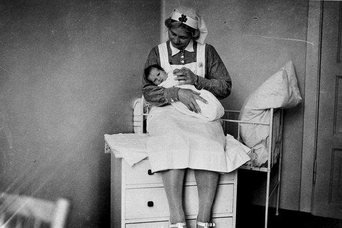 Sjukesøster Mandt med baby Ottar på gamle Odda sjukehus i 1939