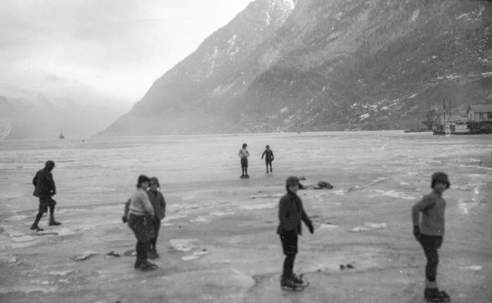 Gutar med skøyter på isen ved Gurinakaien i Odda.