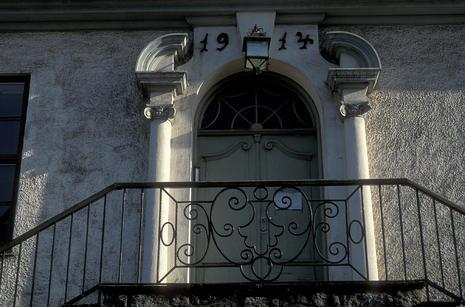 Døra til administrasjonsbygget